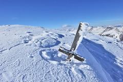 Gipfelkreuz im Schnee © Naturpark Zillertaler Alpen